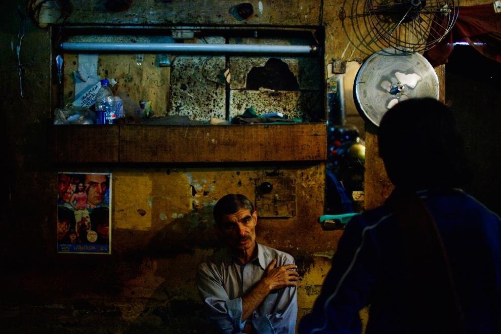 17. PAKISTAN, Peszawar, 17 listopada 2009: Musta Gamut, który obsługuje projektor, czeka na zmianę rolek z filmem. (Foto: Daniel Berehulak/Getty Images)