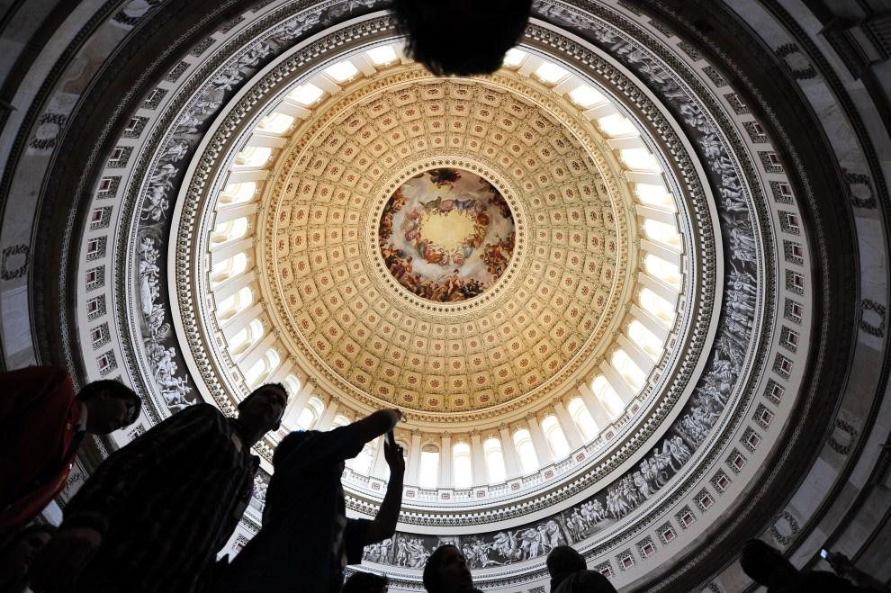 18. USA, Waszyngton, 6 kwietnia 2011: Turyści zwiedzający wnętrze Kapitolu. AFP PHOTO/Jewel Samad