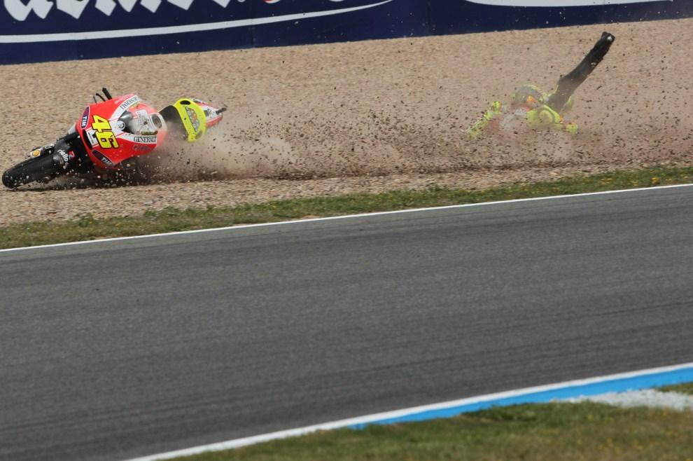 18. HISZPANIA, Jerez de la Frontera, 2 kwietnia 2011: Upadek Valentino Rossiego (Ducati Marlboro Team)  podczas treningu. (Foto: Mirco Lazzari gp/Getty Images)