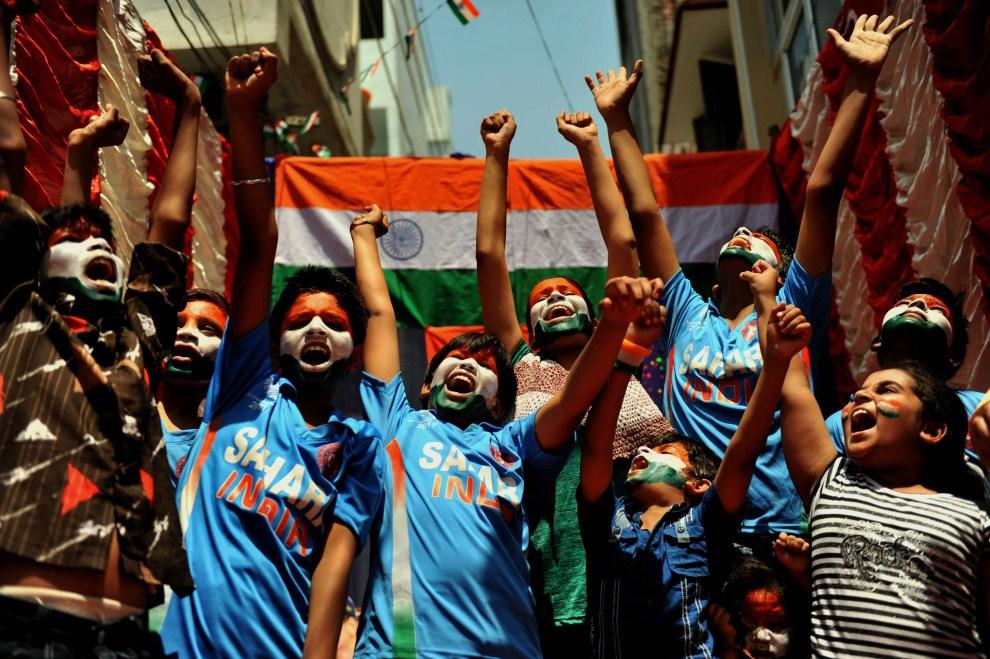 19. INDIE, Hyderabad, 30 marca 2011: Kibice krykieta pomalowani kolorami flagi Indii. AFP PHOTO / Noah SEELAM