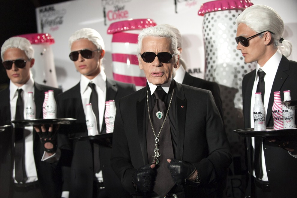 19. FRANCJA, Paryż, 7 kwietnia 2011: Karl Lagerfeld w towarzystwie modeli pozuje dla fotoreporterów. AFP PHOTO BERTRAND LANGLOIS