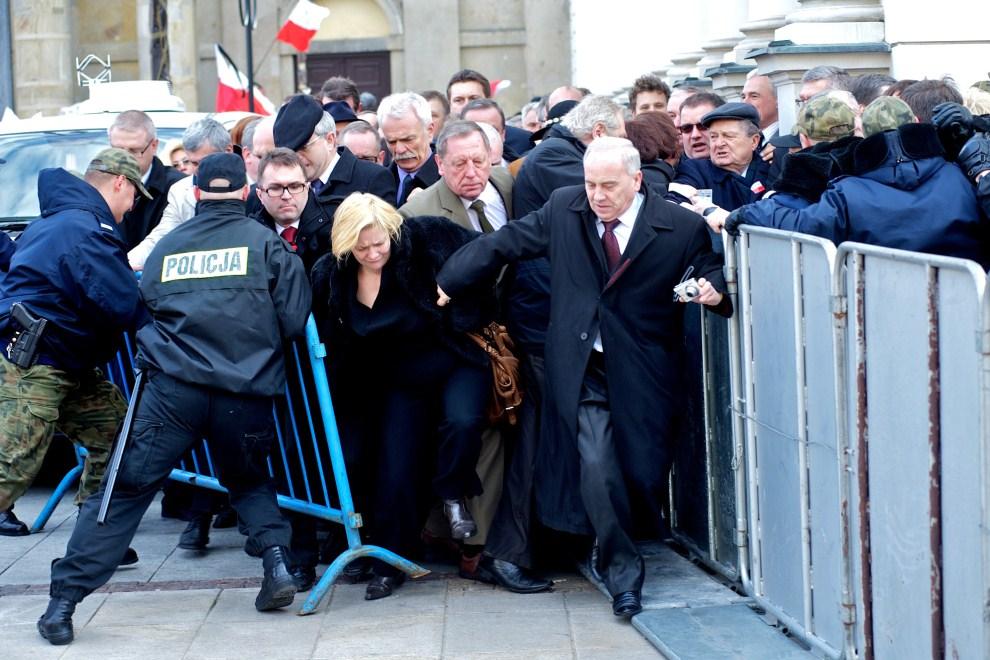 19. POLSKA, Warszawa, 10 kwietnia 2011: Członkowie PiS starają się podejść w pobliże Pałacu Prezydenckiego. AFP PHOTO / Marcin Lobaczewski