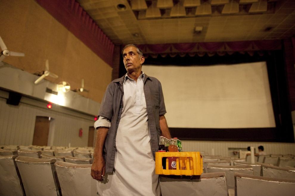 """19. PAKISTAN, Lahore, 14 czerwca 2009: Sprzedawca napojów w kinie """"Metropole"""".  (Foto: Paula Bronstein/Getty Images)"""