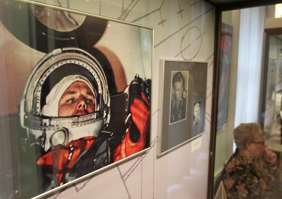 19. ROSJA, Moskwa, 8 kwietnia 2011: Fotografie Jurija Gagarina wystawiane w jednym z muzeów. EPA/SERGEI ILNITSKY