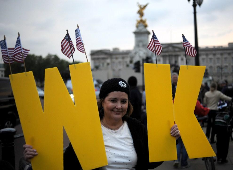 1. WIELKA BRYTANIA, Londyn, 28 kwietnia 2011: Kobieta z inicjałami imion narzeczonych. AFP PHOTO/DIMITAR DILKOFF