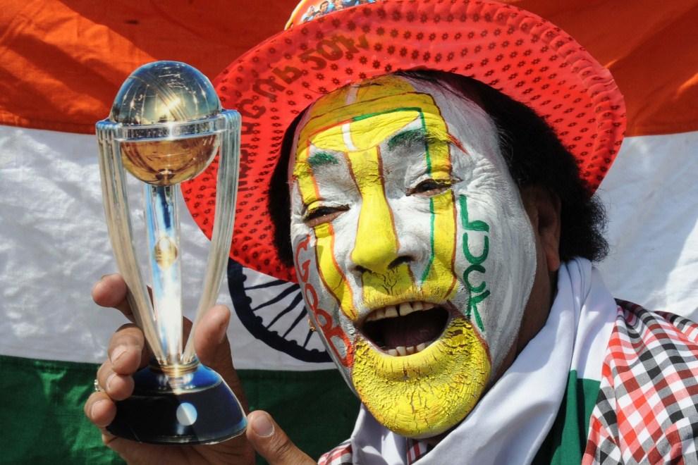 1. INDIE, Amritsar, 2 kwietnia 2011: Kibic reprezentacji Indii z miniaturową repliką pucharu dla mistrzów świata. AFP PHOTO/NARINDER NANU
