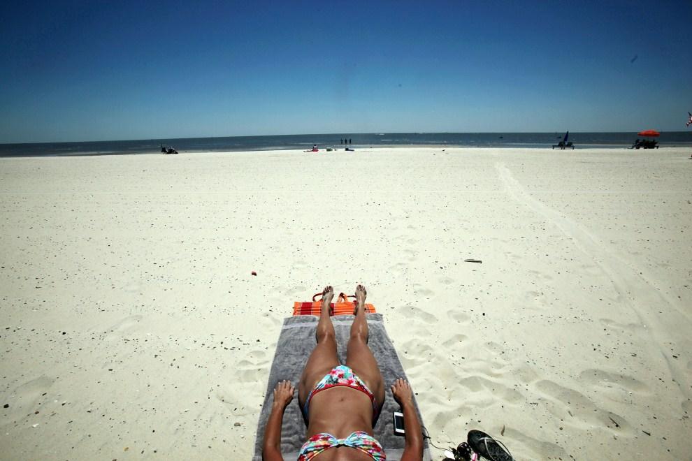 1. USA, Pass Christian, 16 kwietnia 2011: Kobieta na plaży w pobliżu Biloxi.. Mario Tama/Getty Images/AFP