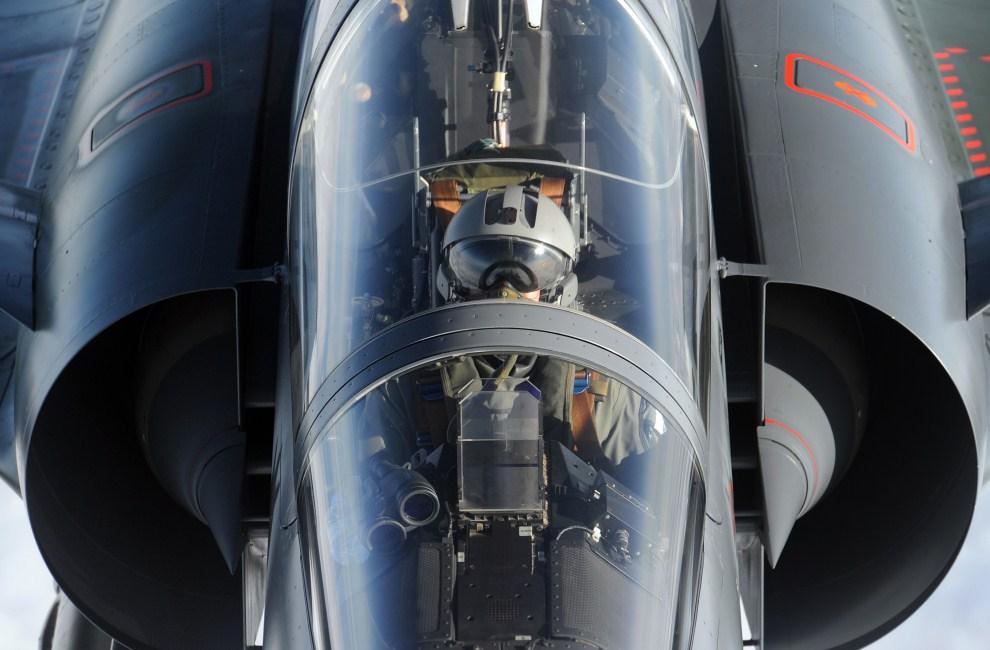 1. PRZESTRZEŃ POWIETRZNA, 30 marca 2011: Kokpit samolotu Mirage 2000 podczas zbliżania się do latającej cysterny w przestrzeni nad Libią. AFP PHOTO/GERARD JULIEN