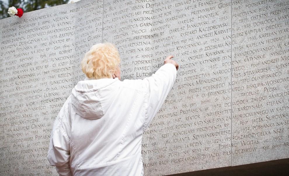 1. POLSKA, Warszawa, 10 kwietnia 2011: Kobieta dotyka płyty pomnika na Powązkach poświęconego ofiarom katastrofy z 10 kwietnia. AFP PHOTO / WOJTEK RADWANSKI