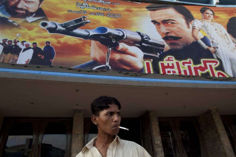 1. PAKISTAN, Lahore, 14 czerwca 2009: Mężczyzna z papierosem przed wejściem do kina  Metropole. (Foto: Paula Bronstein/Getty Images)