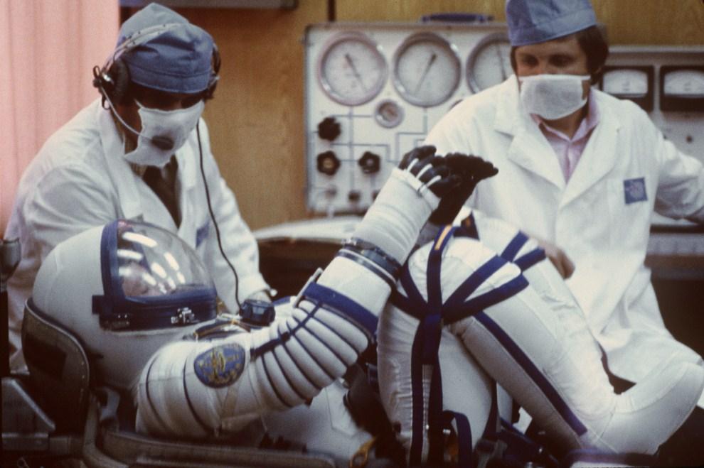 20. ZSRR, Bajkonur, 24 czerwca 1982:  Francuski kosmonauta Jean-Loup Chrétien, przygotowuje się do udziału w misji Sojuz T-6. AFP