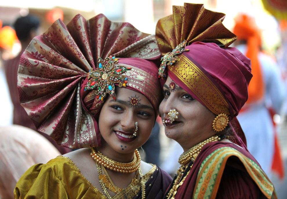 20. INDIE, Bombaj, 4 kwietnia 2011: Kobiety w tradycyjnych strojach podczas parady z okazji   Gudhi padwa - święta o charakterze noworoczno-wiosennym. AFP PHOTO/ Sajjad   HUSSAIN