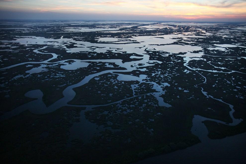 20. USA, Grand Isle, 13 kwietnia 2011: Zachód słońca nad Barataria Bay. Mario Tama/Getty Images/AFP