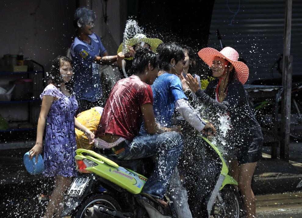 """20. TAJLANDIA, Narathiwat, 13 kwietnia 2011: Ludzie świętujący """"songkran"""" – tradycyjny tajlandzki Nowy Rok. AFP PHOTO / MADAREE TOHLALA"""