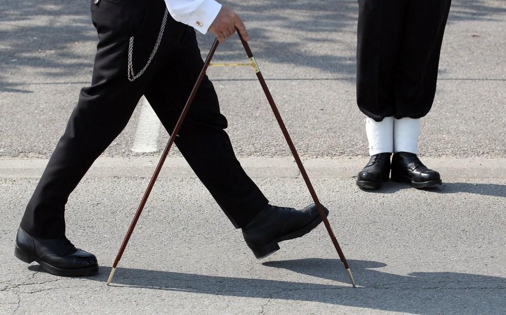 20. WIELKA BRYTANIA, Farhem, 26 kwietnia 2011: Dowódca odmierza odległości między poszczególnymi żołnierzami, którzy będą zabezpieczali trasę przejazdu orszaku   królewskiego. (Foto:  Matt Cardy/Getty Images)