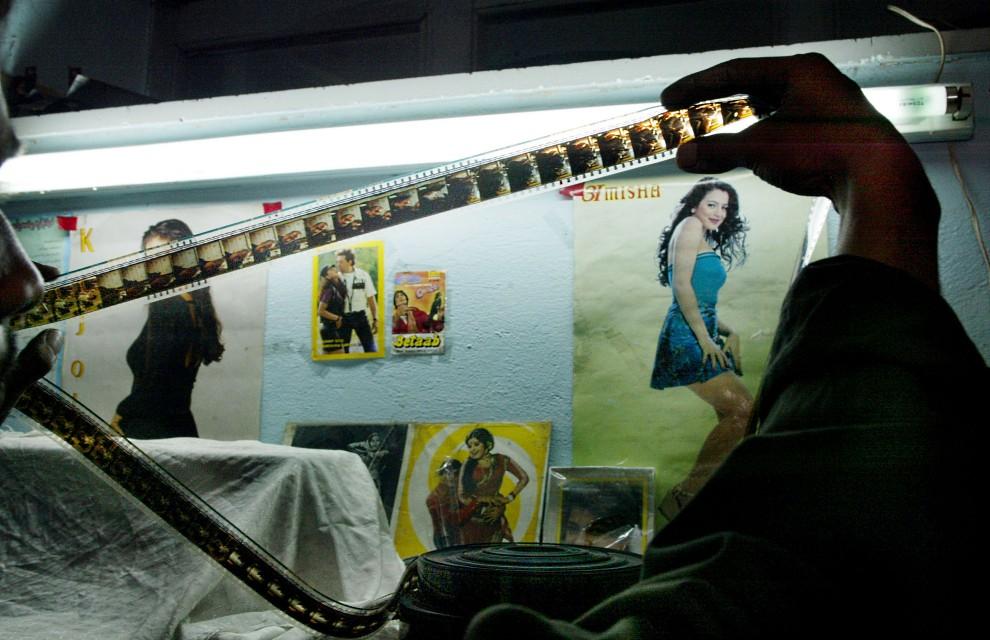 20. AFGANISTAN, Afganistan, 14 październik 2002: Operator sprawdza rolkę z filmem. (Foto: Paula Bronstein/Getty Images)