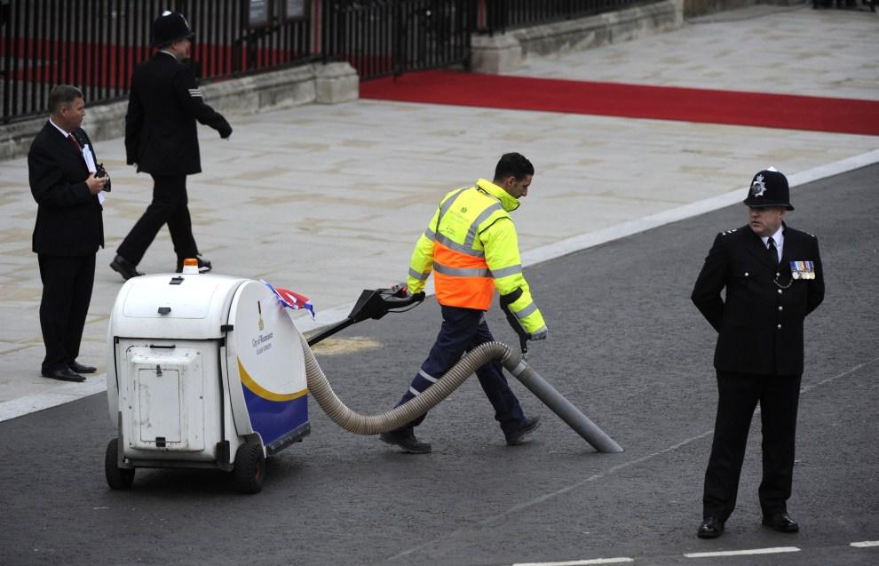 21. WIELKA BRYTANIA, Londyn, 29 kwietnia 2011: Ostatnie przygotowania do przejazdu orszaku królewskiego. AFP PHOTO / ODD ANDERSEN