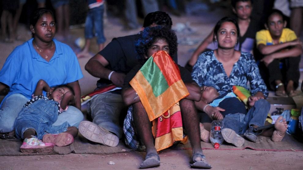 21. SRI LANKA, Colombo, 2 kwietnia 2011: Smutni kibice reprezentacji Sri Lanki. AFP PHOTO/Ishara S. KODIKARA