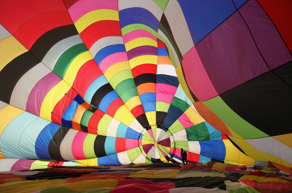 21. WIELKA BRYTANIA, Wootton, 7 kwietnia 2011: Wnętrze balonu, do którego tłoczone jest podgrzewane powietrze. (Foto: Oli Scarff/Getty Images)