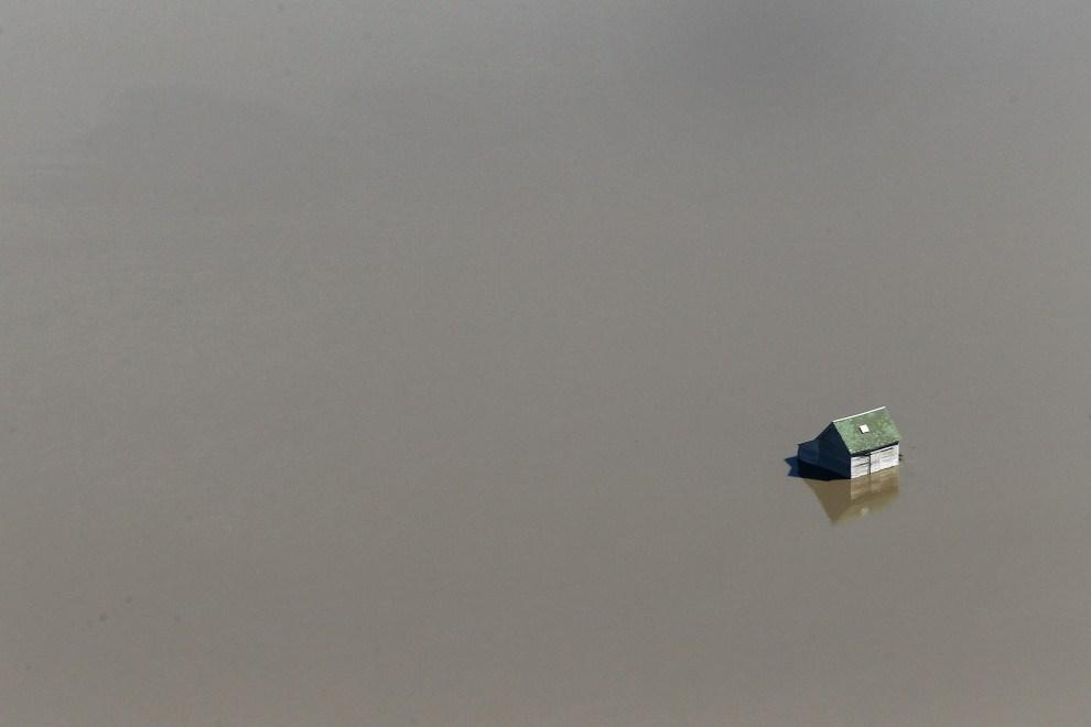 21. USA, Fargo, 11 kwietnia 2011: Stodoła na polu zalanym przez dopływ Missisipi. (Foto: Scott Olson/Getty Images)