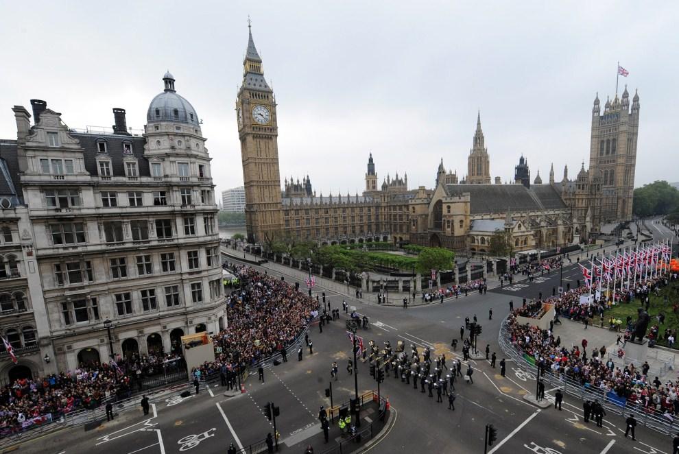 22. WIELKA BRYTANIA, Londyn, 29 kwietnia 2011: Orkiestra wojskowa maszerująca wśród zgromadzonych widzów. AFP PHOTO / WPA POOL / John Giles