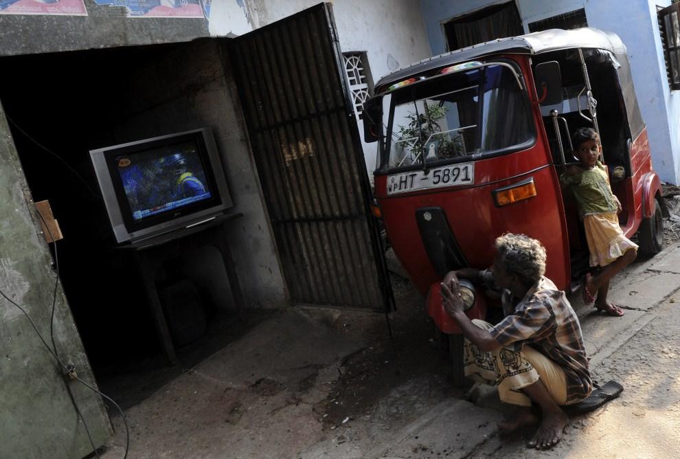 22. SRI LANKA, Colombo, 2 kwietnia 2011: Mężczyzna ogląda mecz reprezentacji Sri Lanki z zespołem Indii. AFP PHOTO/Ishara S.KODIKARA