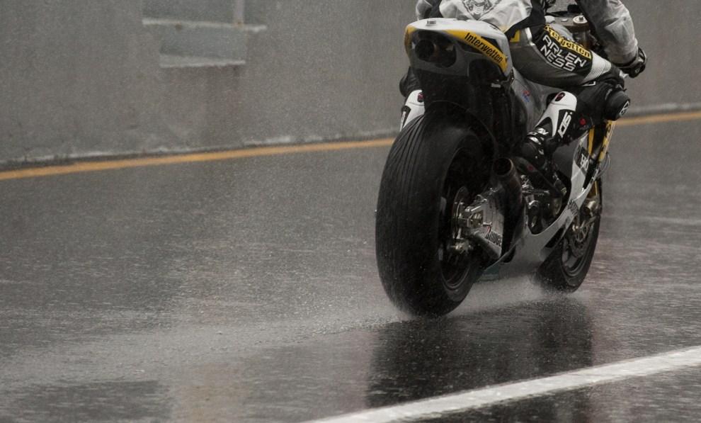 22. PORTUGALIA, Estoril, 29 październik 2010: Przejazd treningowy Hiroshi Aoyama podczas ulewnego deszczu. AFP PHOTO / MIGUEL RIOPA