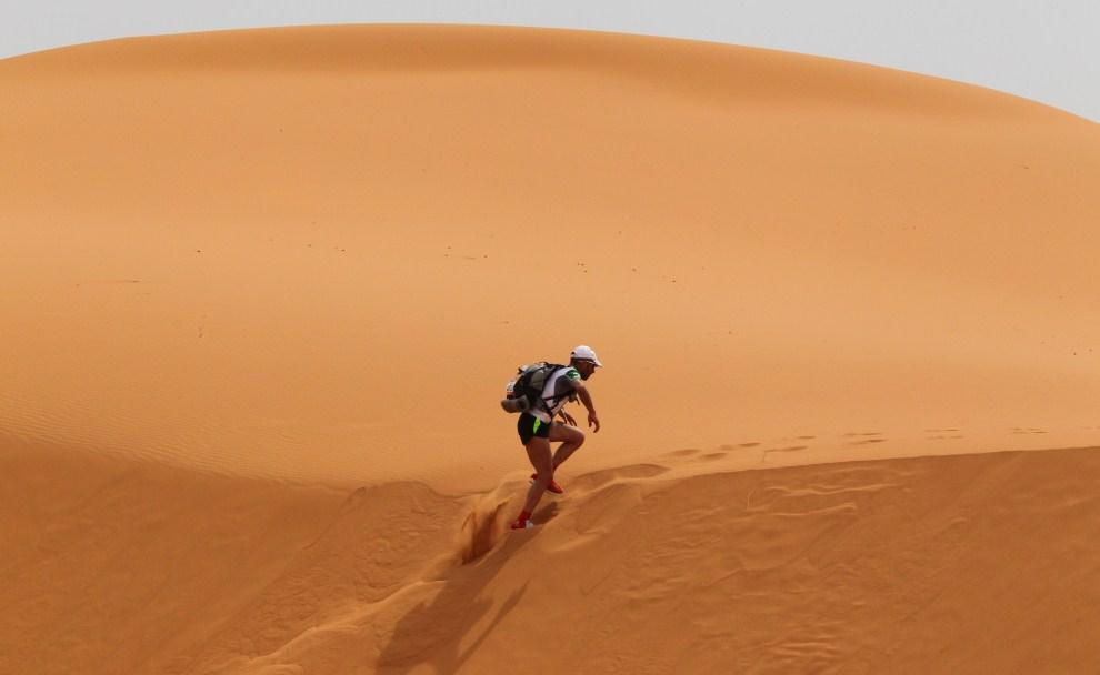 22. MAROKO, Dar Kaoua, 3 kwietnia 2011:  Uczestnik Maratonu Piasków – ultramaratonu odbywającego się na Saharze na południu Maroka od 1986 roku. AFP PHOTO PIERRE VERDY