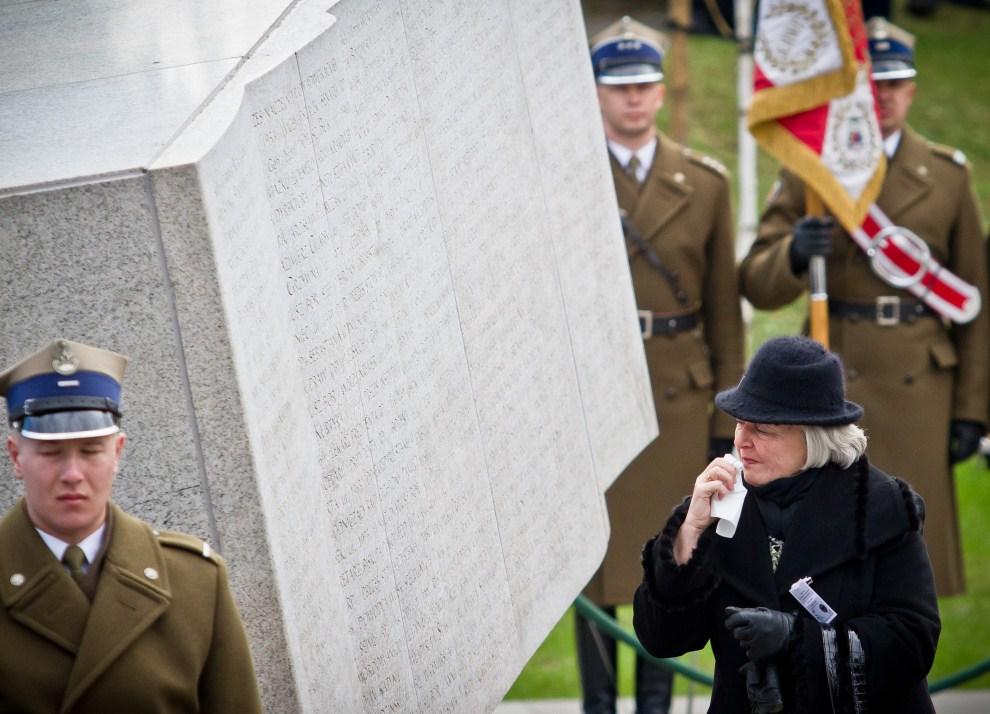 22. POLSKA, Warszawa, 10 kwietnia 2011: Bliska jednej z ofiar katastrofy pod Smoleńskiem składa hołd na Powązkach. AFP PHOTO WOJTEK RADWANSKI
