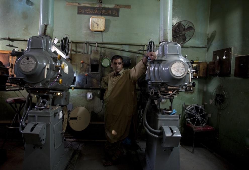 """22. PAKISTAN, Lahore, 14 czerwca 2009: Khalid Hussein obsługujący projektory w kinie """"Metropole. (Foto: Paula Bronstein/Getty Images)"""