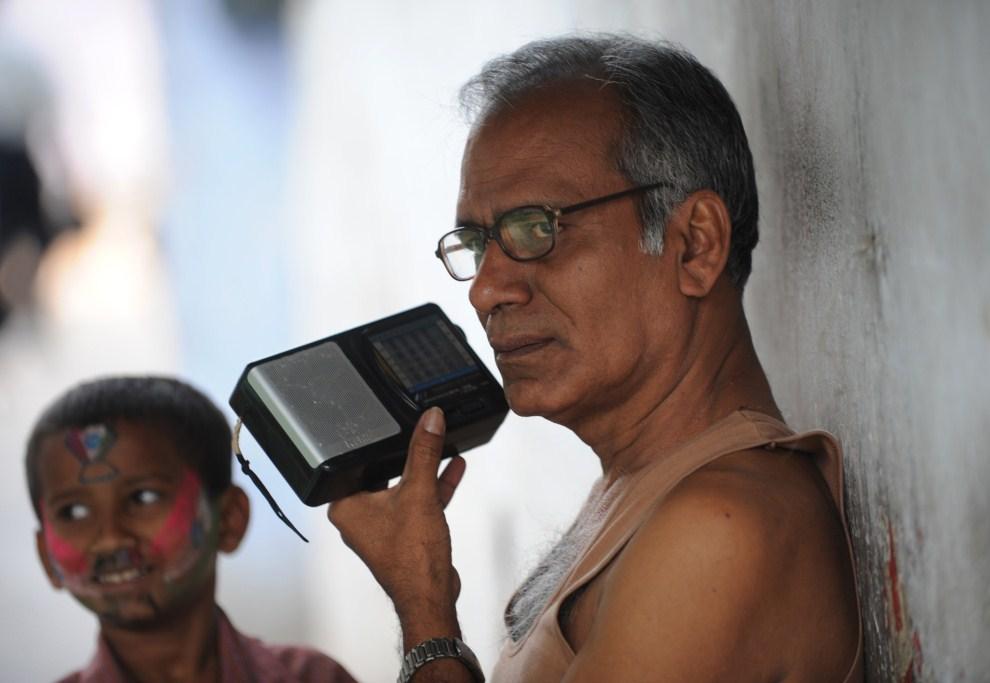 23. INDIE, Kalkuta, 30 marca 2011: Mężczyzna słucha transmisji radiowej z meczu półfinałowego. AFP PHOTO/Deshakalyan CHOWDHURY