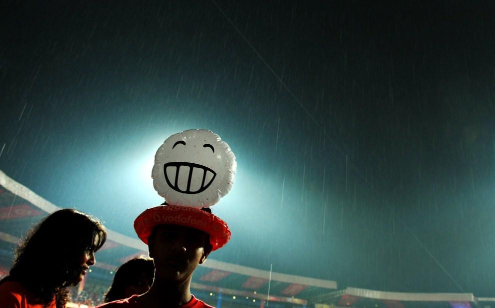 23. INDIE, Bangalore, 19 kwietnia 2011: Kibice podczas meczu krykieta na stadionie w Bangalore. AFP PHOTO/ Dibyangshu SARKAR