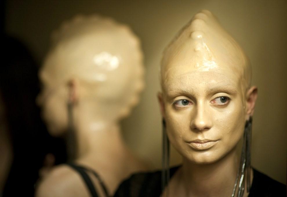 23. ROSJA, Moskwa, 31 marca 2011: Modelki przed pokazem kolekcji  David & Alexander podczas moskiewskiego tygodnia mody. AFP PHOTO / DMITRY KOSTYUKOV