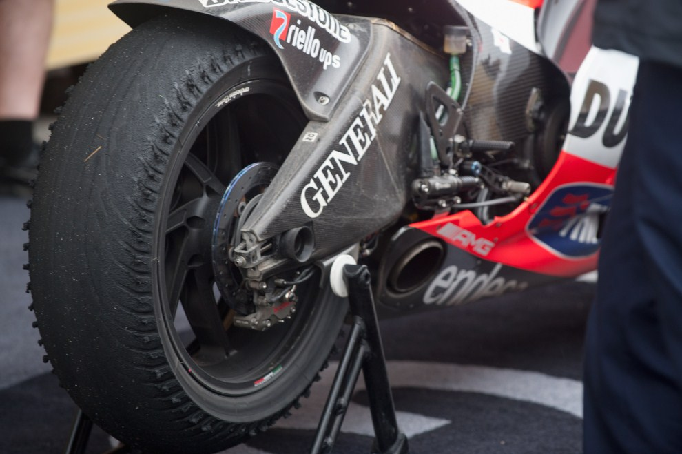 23. HISZPANIA, Jerez de la Frontera, 3 kwietnia 2011: Zużyta opona motocykla  Nickiego Haydena (Ducati Marlboro Team). (Foto: Mirco Lazzari gp/Getty Images)
