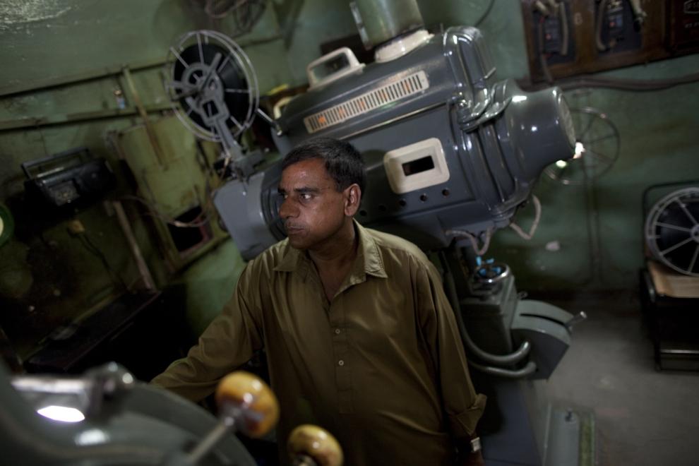 23. PAKISTAN, Lahore, 14 czerwca 2009: Khalid Hussein ogląda wyświetlany film. (Foto: Paula Bronstein/Getty Images)