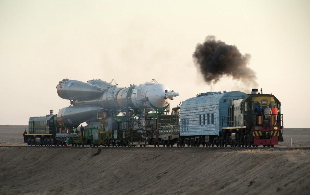 23. KAZACHSTAN, Bajkonur, 28 września 2009: Transport rakiety Sojuz na platform startową. (Foto: NASA/Bill Ingalls via Getty Images)