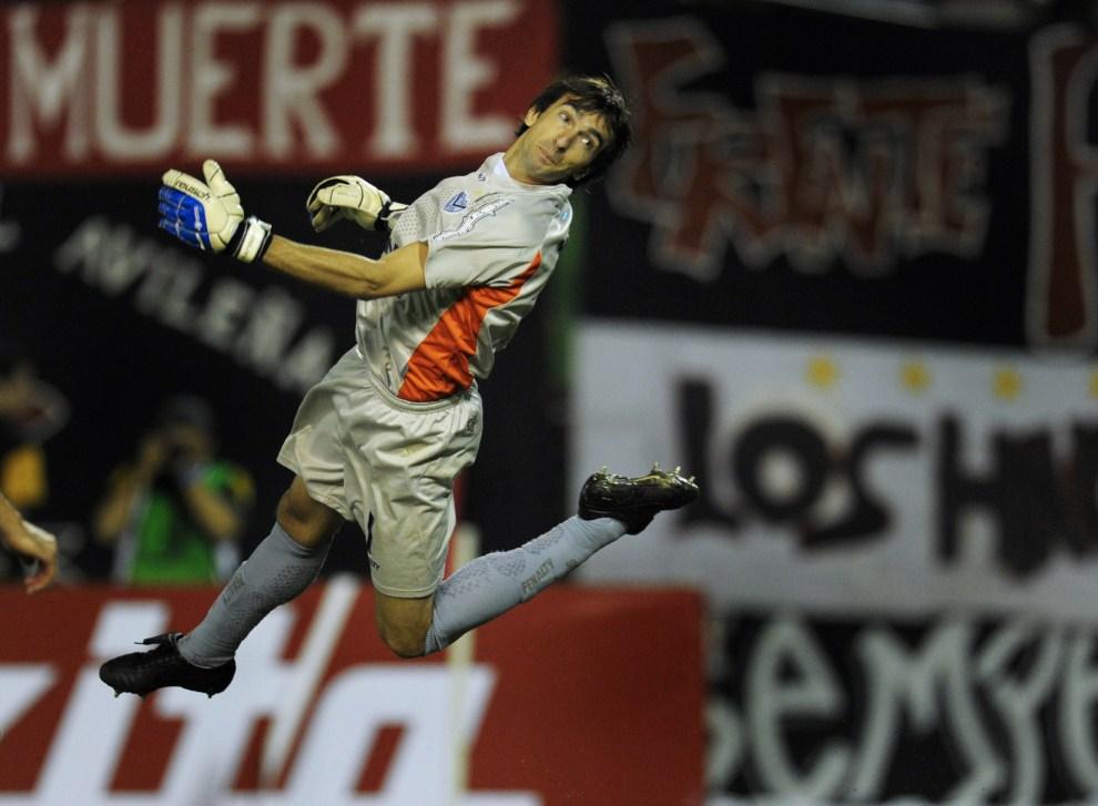 24. WENEZUELA, Caracas, 14 kwietnia 2011: Marcelo Barovero, bramkarz Velez Sarsfield, podczas meczu  Copa Libertadores. AFP PHOTO/JUAN BARRETO