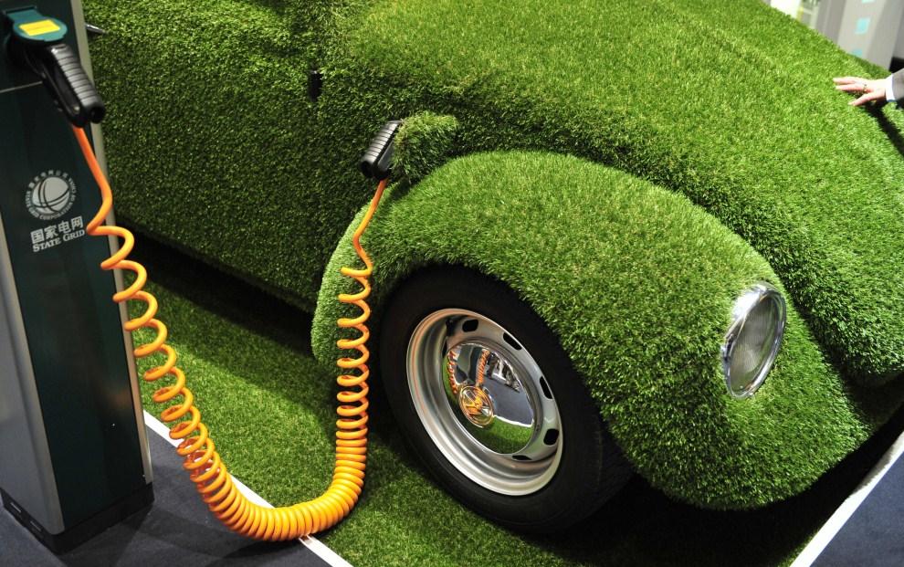 """24. NIEMCY, Hanower, 4 kwietnia 2011: """"Garbus"""" napędzany energią elektryczną i z karoserią pokrytą matą imitująca trawę. AFP PHOTO/ JOCHEN LUEBKE"""