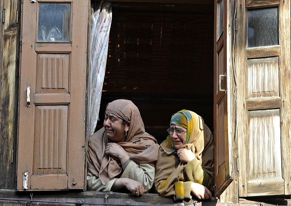 24. INDIE, Srinagar, 8 kwietnia 2011: Kaszmirskie muzułmanki opłakują śmierć przywódcy duchowego Moulana Shoukat Ahmad. AFP PHOTO/ TAUSEEF MUSTAFA