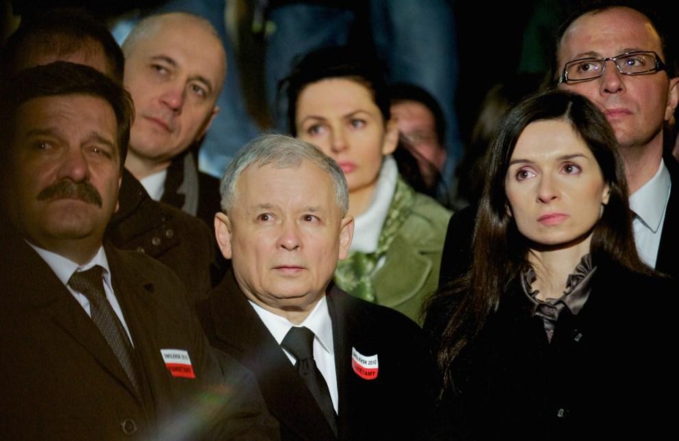 24. POLSKA, Warszawa, 10 kwietnia 2011: Jarosław Kaczyński w towarzystwie Marty Kaczyńskiej podczas modlitwy w intencji ofiar. AFP PHOTO / Marcin Lobaczewski