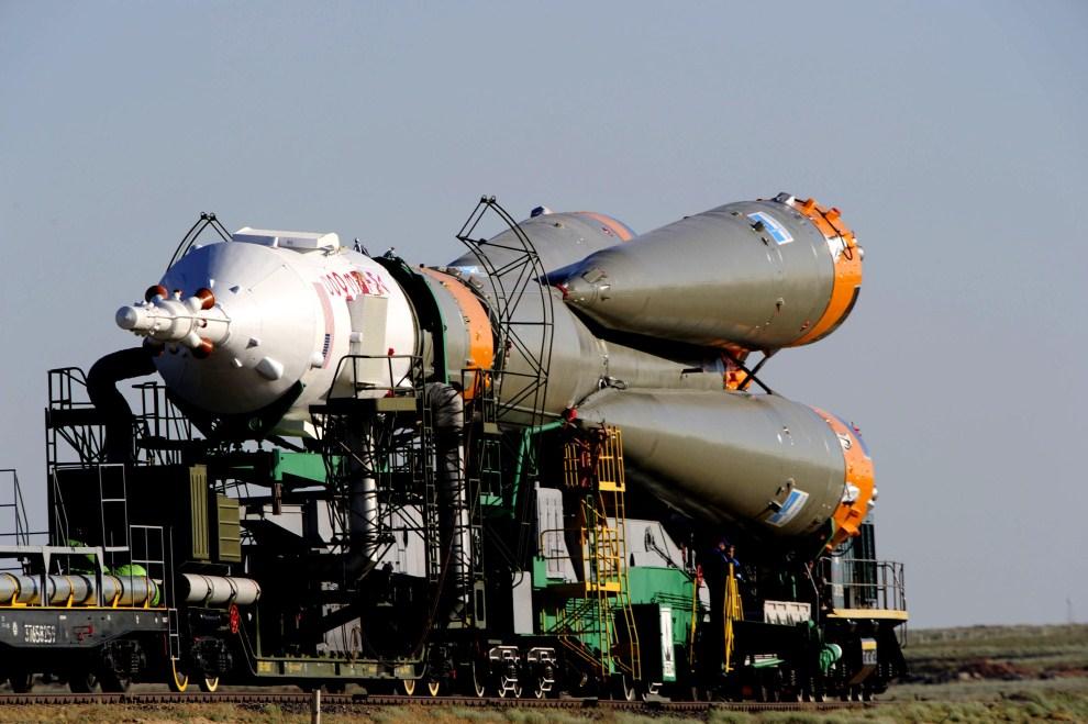 24. KAZACHSTAN, Bajkonur: Transport rakiety Sojuz do budynku montowania pojazdów. (Foto: Stephane Corvaja/ESA via Getty Images)