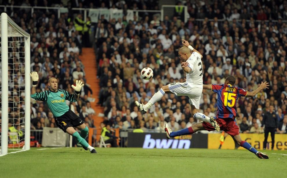 """25. HISZPANIA, Madryt, 16 kwietnia 2011: """"El Clasico"""", czyli ligowe spotkanie Realu Madryt z FC Barcelona. AFP PHOTO/ DANI POZO"""