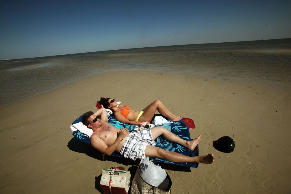 25. USA, Pass Christian, 16 kwietnia 2011: Turyści opalają się na plaży w Pass Christian. Mario Tama/Getty Images/AFP