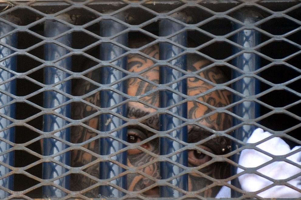 25. GWATEMALA, Guatemala City, 30 marca 2011: Marlon Martinez, zatrzymany przywódca gangu  Mara 18. AFP PHOTO/Johan ORDONEZ