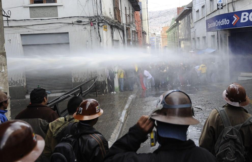 25. BOLIWIA, La Paz, 7 kwietnia 2011: Demonstracja górników rozpędzana przez policję. AFP PHOTO/Jorge Bernal