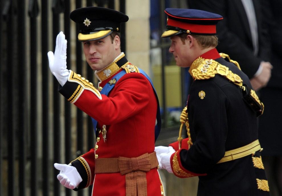 25. WIELKA BRYTANIA, Londyn, 29 kwietnia 2011: Książę William z bratem wchodzący do katedry. AFP PHOTO / ODD ANDERSEN