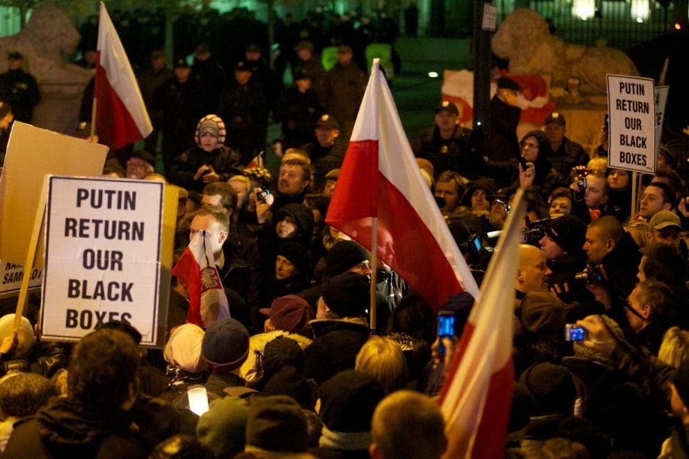 25. POLSKA, Warszawa, 10 kwietnia 2011: Ludzie demonstrujący przed Pałacem Prezydenckim. AFP PHOTO / Marcin Lobaczewski