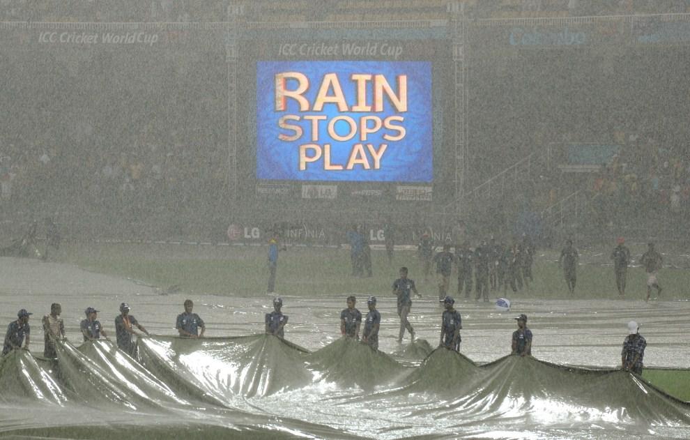 26. SRI LANKA, Colombo, 5 marca 2011: Ulewny deszcz, który przerwał mecz miedzy Australią i Sri Lanką. AFP PHOTO/William WEST