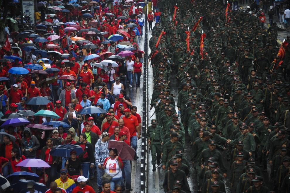 26. WENEZUELA, Caracas, 13 kwietnia 2011: Zwolennicy Hugo Chaveza (cywile i wojskowi) maszerują w rocznicę próby obalenia prezydenta Wenezueli. AFP Photo / Leo RAMIREZ