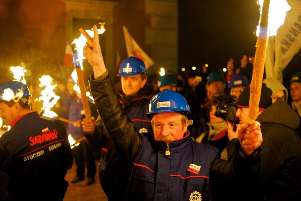 26. POLSKA, Warszawa, 10 kwietnia 2011: Związkowcy demonstrujący przed Pałacem Prezydenckim. AFP PHOTO / Marcin Lobaczewski